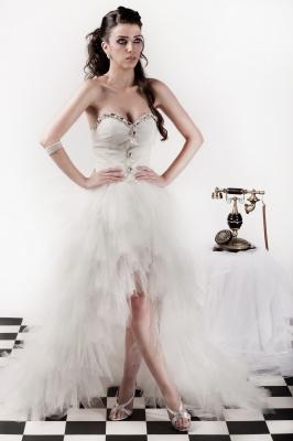 大人に似合うミニ丈ウエディングドレス
